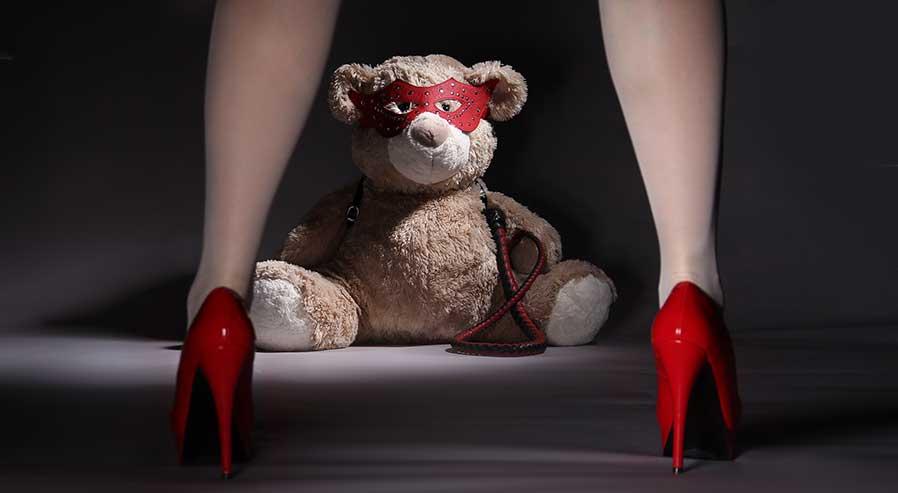 gambe di donna e orso con maschera
